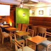 昼間はこんな感じ♪穏やかな優しいカフェで人気のラテアートをお楽しみください。