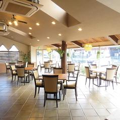 店内には4名用のテーブル席が11席あります。席は組み替えることができますので、2名様から最大50名様までのパーティアレンジが可能です。地域の集まりや職場の宴会、謝恩会やプライベートイベントなど、幅広くご利用いただけます。