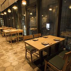 渋谷の夜の街並みが見える大きな窓の側に、開放感のあるテーブル席をご用意しました。夜の景色を楽しみながら当店自慢の和食・海鮮料理をお楽しみください。テーブル席は人数に応じて団体席としても利用可能ですので、お気軽にお問い合わせください。