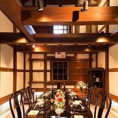 【鴎外旧宅 蔵の間】 軸組構法で建てられた土蔵造りの書斎風のお部屋。柱や梁の木目をそのまま活かした日本の伝統的構法に、洋風のテーブルや椅子を合わせたインテリアは、文明開化の香り漂うモダンな雰囲気。記念日・誕生日等、大切な方のお祝いの場にどうぞ。※6名様までご利用いただけます。
