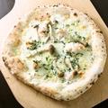 料理メニュー写真海老ときのこのグラタンピザ