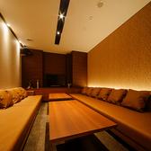【ROOM 007】最大10名様ご利用可能の個室/広々としたエレガントとモダンが融合したゆったりソファー対面式のお部屋です。お食事や接待に最適。