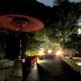 ライトアップされた風情ある夜のお庭…お昼にご覧いただく庭とはまた違った雰囲気を味わえます。