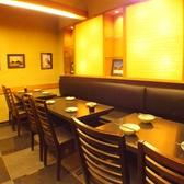 落ち着いた色合いの和風な店内。ゆっくりとお食事が楽しめます。