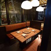 こちらのテーブル席は最大8名様程度までお座りになれます。周りと区切られた空間なので快適ですよ♪低温調理の炙り肉ととろ~りチーズ料理が美味しいお店が刈谷にOPEN!!女子会コースも人気です♪刈谷で幹事様必見の居酒屋です♪※系列店との併設店舗です。