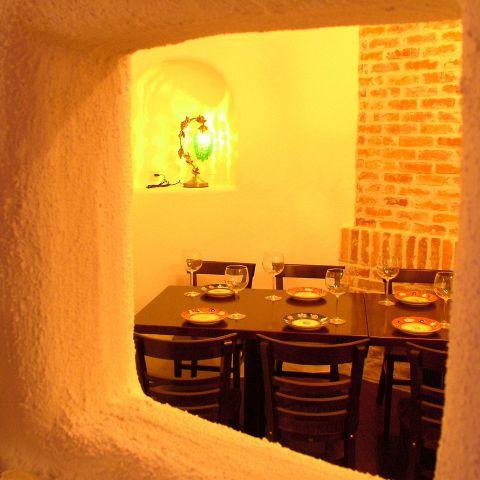隠れ家のようにゆったりできるくつろぎ空間。落ち着いた雰囲気でお食事、ワインなどのお酒をお楽しみ下さい。