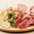 料理メニュー写真日替わり チーズと生ハムの盛り合わせ