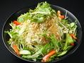 ボリュームたっぷりの野菜に、秘伝のタレをベースにした自家製ドレッシングを合わせた【とん八サラダ】