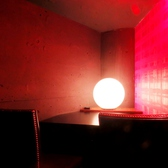 洗練された雰囲気の2名様個室は、他のお客様を気にすることなく二人だけの時間をお過ごし頂けます。横並びのカップルシートは向かい合わせとは違った新鮮さがあるお勧めの座席。抑えめな照明も手伝って、二人の距離もぐっと急接近してしまいそう…☆