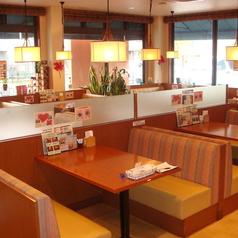 広々とした店内には、テーブル席、ソファー席完備。清潔感溢れる空間でゆっくりとお食事を愉しめます。ランチやショッピング後のディナー、デートやママ会、部活後の食事、宴会まで、幅広いシーンでご利用頂けます。