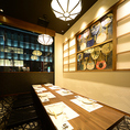 """7~10名 完全個室。当店イチ押しのマットソファー掘りごたつの超VIP完全個室""""合コン・接待・打ち合わせ・家族揃ってなど様々な用途に対応可能の自慢の個室で美味い料理と旨い酒を是非ご堪能してください。"""