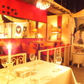 キラキラと輝く鏡ごしのテーブル席。