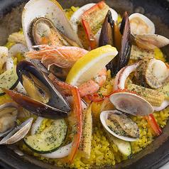 料理メニュー写真魚介と旬野菜のシーフードパエリア