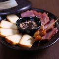 料理メニュー写真自家製燻製の盛り合わせ~桜チップの香り