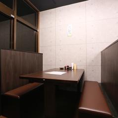 半個室感覚で座れるテーブル席!周りを気にせず楽しめます。