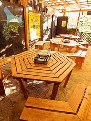 入口を入るとまず目に飛び込んでくるオープンテラス席です。6名掛けテーブル×4卓。