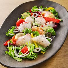 料理メニュー写真鮮魚入りマリネ風サラダ