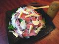 料理メニュー写真牛タタキと揚げネギ salad