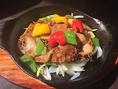 中華では珍しい、牛ハチノスの鉄板焼きが色鮮やかで人気です。