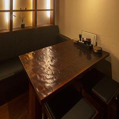 ゆったりとくつろげるテーブル席となっておりますので、落ち着いた雰囲気の中でお食事を楽しみたい方には最適のお席でございます。