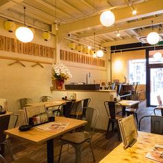 【1F】少人数でもご利用いただけるテーブル席もご用意しております。ご友人と、同僚と、先輩や後輩と、ご当地料理でおもてなしをする時にもご利用ください♪ごちもん名物浜松餃子を自信を持ってご提供します!