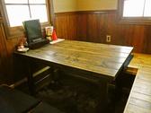 落ち着きのある囲われたテーブル席
