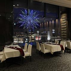 広々としたテーブルをご用意。観覧車の夜景を見ながら、ゆっくりお食事をお楽しみください。