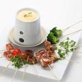 料理メニュー写真焼き鳥のチーズフォンデュ