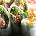 料理メニュー写真スモークサーモンと大根の春巻きサラダ