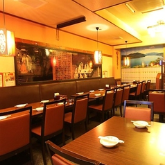 カジュアルに使えるテーブルフロアは会社帰りの一杯やご友人との気軽なご宴会にぴったり!フロアには、最大4名様/6名様/8名様のお席を多数ご用意。テーブルを繋げて12~20名様程度の宴会席アレンジもできます!