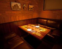 《ファヴェッタの魔法が店内を彩る》 VIPソファー席 当店の一席限定「VIPソファー席」では、しずる感をメインに、テーブル上にてマッピングが行われております。2名様~4名様でのご利用が可能で、半個室感覚は「特別な夜」にご利用ください。※ご予約必至。