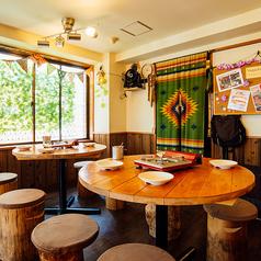 【~9名様】合コンや宴会に最適な切り株イス&丸テーブル席。街中のレストランではなかなかお目にかかれない、切り株イスが楽しいお席です♪テーブル同士の距離感も近いから、合コンなどコミュニケーションを促したいシーンにも最適!非日常的なBBQ空間に、みんなの会話も弾みそう♪