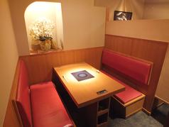 2名様~ご利用いただけるお席もご用意しております。少人数でゆったりとお食事やお酒を楽しめる空間となっておりますので、プライベートな時間をお過ごし頂ける人気のお席です。