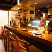 カウンター席はおひとり様でも気軽に使えるのが嬉しい◎お好きなお酒を600円で持ち込みもできるので、あなたのスタイルで楽しめます!