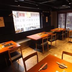 OPENしたばかりで綺麗で広々としたな店内★ 少人数から大人数まで利用可能なテーブル席をご用意しております。