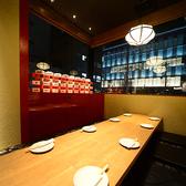 21~24名 完全個室。数々の有名店を手がけてきた空間デザイナーがプロデュースしており店内は落ち着いた大人の雰囲気で、ごゆっくりおくつろぎいただけます。会社宴会などにもご利用ください。