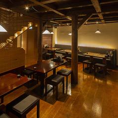テーブル席。店内内観はダウンライトを使用し、落ち着いた空間となっておりますので、ごゆっくりお食事をお楽しみいただけます。
