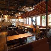 ゆったりとくつろげるソファー席がございます。時間帯によって変わる照明と音楽にうっとりしながら、楽しいカフェタイムをお過ごしください。