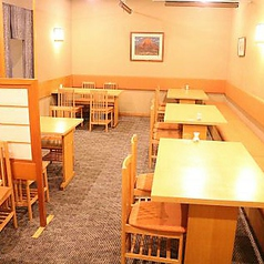 テーブル2名様×4・テーブル1名様×3ランチやお食事使いも歓迎です。