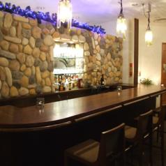 バーカウンターを併設しております。おひとりでもお酒をお楽しみいただけるよう、おいしいカクテルとおつまみをご用意!