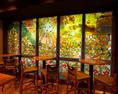 《ファヴェッタの魔法が店内を彩る》 テラス席テラス席では、大型ガラスドアにて太陽神を中心としたマッピングが行われている。昼から夜など、色々な表情をお愉しみください。