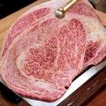 料理メニュー写真名物黒毛和牛のはみ出るカルビ