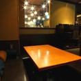 バーの光が差し込むテーブル席