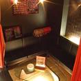 【VIPルーム】真っ赤なロングカーテンで覆われた個室です。