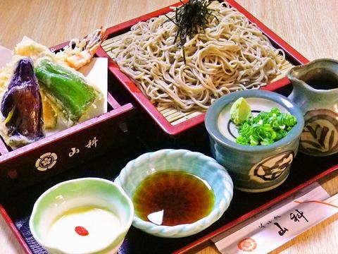 麺とつゆが自慢のそばやうどんを中心に、お値打ちにお腹いっぱい食べられる和食店!