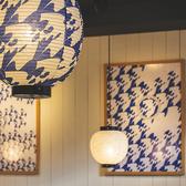 店内はデートやお仕事帰りにもぴったりの落ち着いた空間。提灯や壁掛けのデザインにも注目です