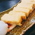 和食の基本となる「出汁」は、毎朝丁寧にひいております。素材の旨味を自然に引き出した出汁を使った「出汁巻き玉子」は、噛んだ瞬間口いっぱいにじゅわっと広がる味わいが男女問わず人気。思わず箸が伸びる、優しい味わいの一品です。