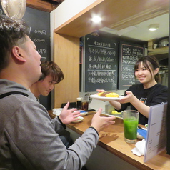 「つばめSAKABA」は、初めて会った人同士でも仲良くなれるようなアットホームな雰囲気が特長のお店☆★国籍やジャンルを問わず美味しい料理を提供しており、自然と常連様が出来るお店でもあります。友人同士はもちろん、お一人様も大歓迎です!