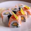 料理メニュー写真炙りサーモンのロール寿司