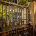 入口の竹や外観にある庭園が見える人気のテーブル席。日本の「和」を楽しみながら落ち着くおしゃれな空間でお食事をご堪能下さい。